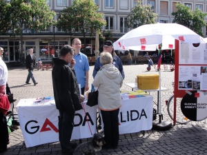GALIDA Infostand am 1. Mai 2012 in Darmstadt vor Eintreffen der Demonstration